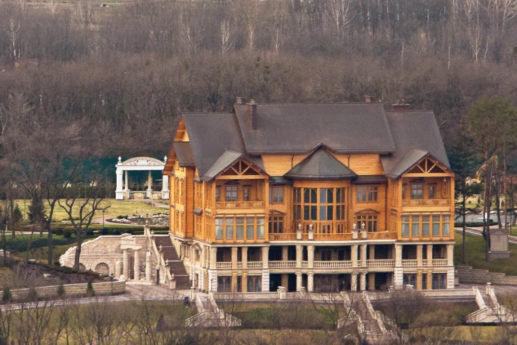 mizhgirya-dom-yanukovicha-vzyato-video